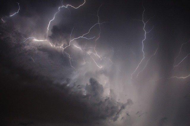 Cod galben de ploi, grindină şi vânt puternic în şapte judeţe
