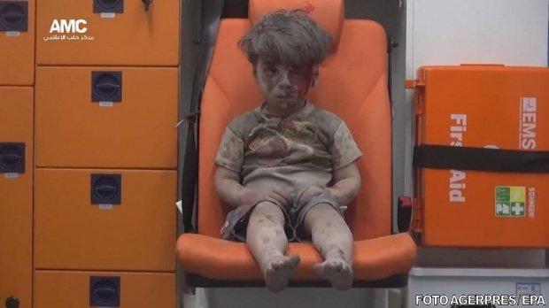 """Familia micuțului Omran, lovită de o nouă tragedie. Fratele """"băiețelului din ambulanță"""" a murit într-un spital din Alep"""