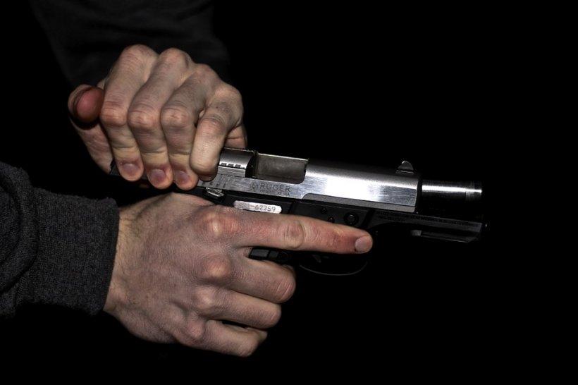 Studenți amenințați cu arma, în fața unui cămin studențesc. Pistolarul a fost reţinut
