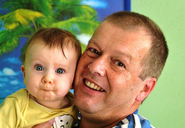 Ce se întâmplă cu copiii născuţi din taţi mai bătrani