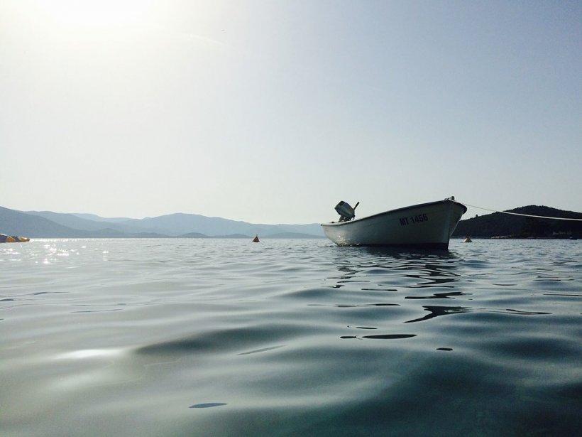 Turiști morți după ce catargul unei nave s-a rupt şi a căzut peste ei