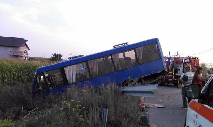 Un autobuz cu nuntași a ajuns în șanț. Şapte persoane au fost rănite