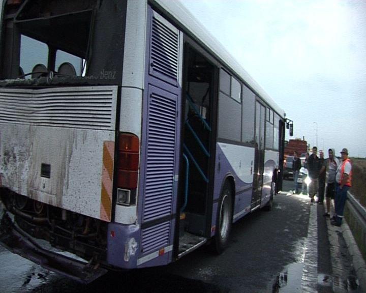 Accident pe autostrada A1. Un TIR a lovit în plin un autobuz