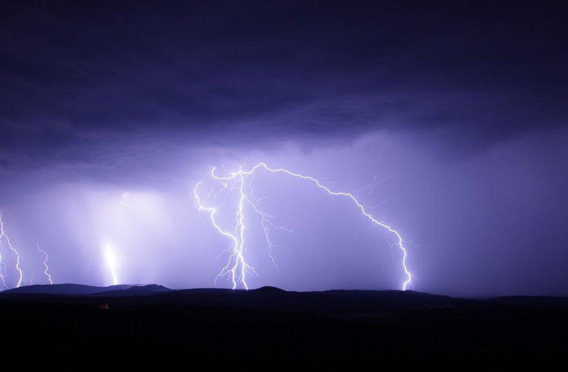 Ploi și vijelii în toată țara. Anunțul făcut de meteorologi