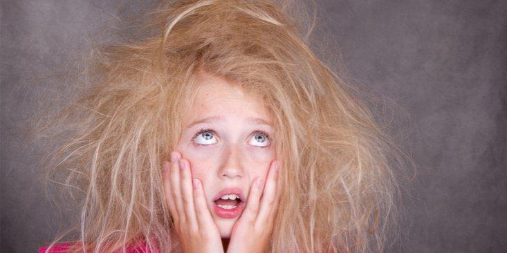 Ai părul electrizat? Ingredientul ĂSTA te scapă de toate problemele