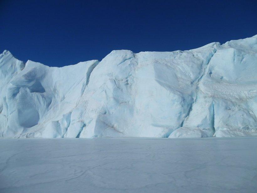 Oamenii de știință sunt în alertă. O uriaşă crăpătură din stratul de gheaţă al Antarcticii provoacă panică
