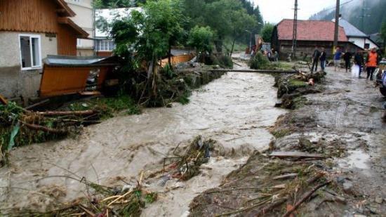Inundațiile fac ravagii în Vrancea. Mai multe drumuri au fost închise