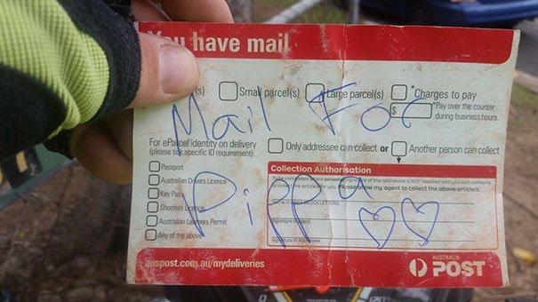 Un câine este atât de fericit când vine poșta, încât poștașul a decis să nu îl dezamăgească niciodată