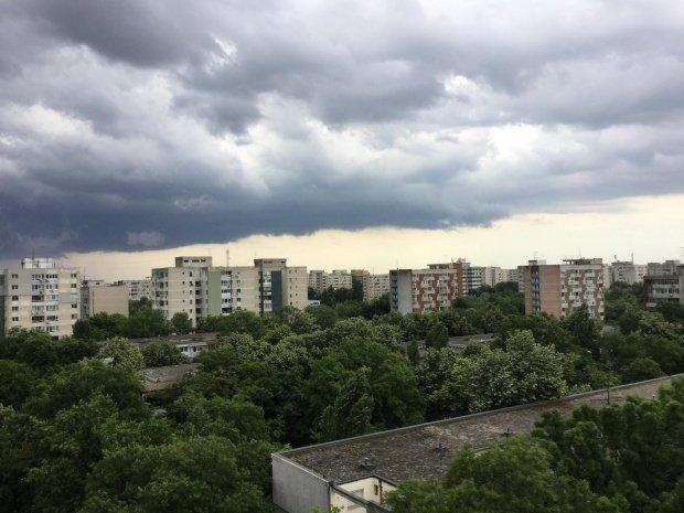 Fenomen rar pe cerul Bucureștiului. A apărut cu un minut înainte de o ploaie rece