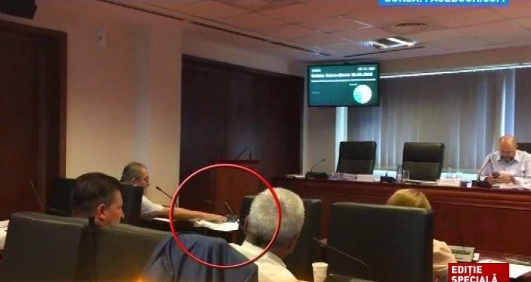 Consilier USB surprins în timp ce votează la două cartele, în locul lui Nicușor Dan. Reacția fostului candidat la Primăria Capitalei 482