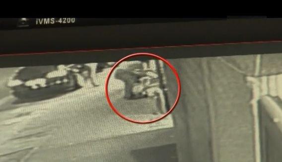 Fetițe culcate pe trotuarul rece și învelite cu cartoane, la doi pași de o secție de poliție. Ce s-a întâmplat după ce imaginile au ajuns pe Internet