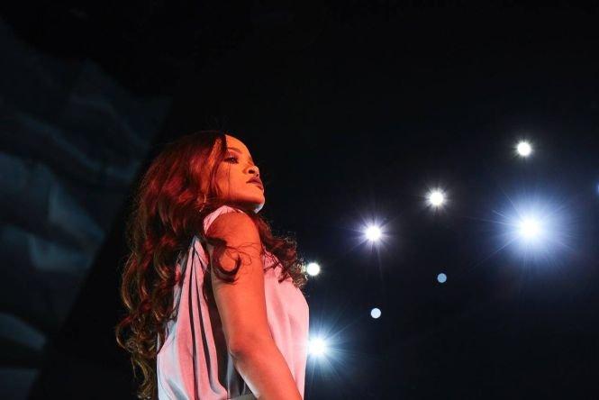 Gest șocant făcut de Rihanna pe scenă. Fanii ei, atenți la cele mai mici detalii - FOTO