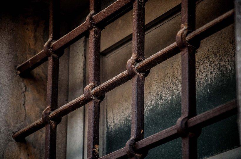 A rămas singur în celulă, unde a luat o decizie șoc. Cum a fost găsit a doua zi de polițiști