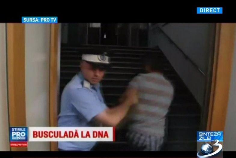 Busculadă la intrarea în sediul DNA. Un jurnalist a fost extras din mulțime, după ce a bruscat un polițist VIDEO