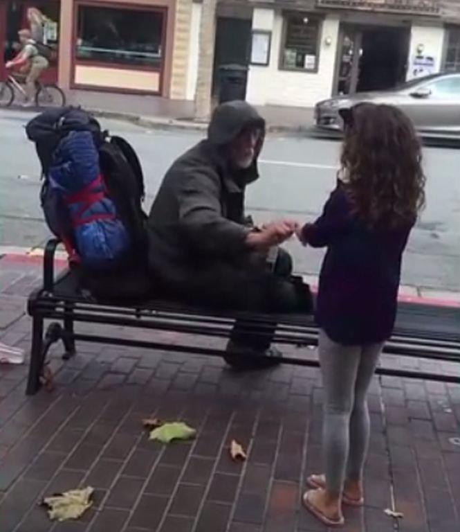 Se afla cu fiica lui într-un restaurant. Copila s-a ridicat de la masă și s-a apropiat de un om fără adăpost. Ce a pățit fetița