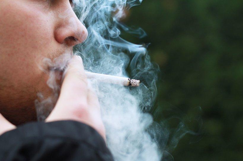 Fumatul nu va fi interzis în mașina personală. Ce alte amendamente mai apar în legea anti-fumat