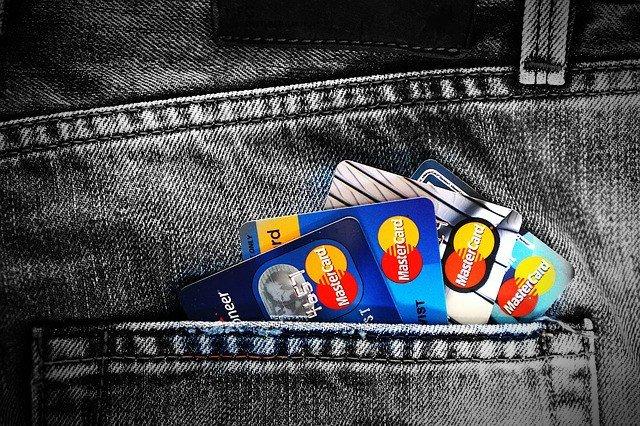 Clienţii uneia dintre cele mai mari bănci din România, anunţaţi că nu îşi vor putea folosi cardurile