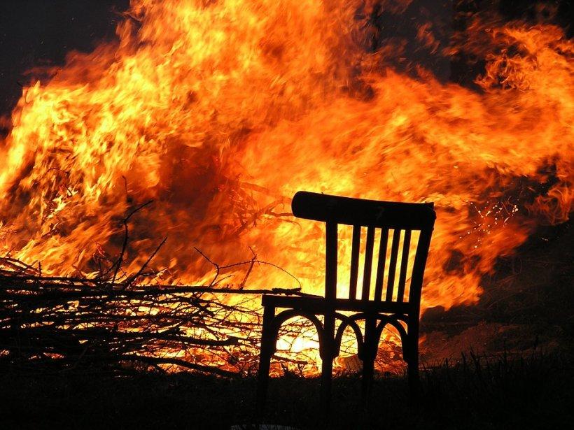 Şi-a dat foc la casă, din cauză că a fost vrăjit. Bărbatul a fost scos din flăcări în ultima secundă