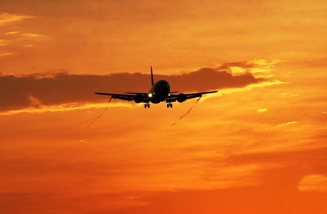 Ce a făcut un pasager nervos că a pierdut avionul. E șocant cum s-a răzbunat pe o angajată a aeroportului - VIDEO