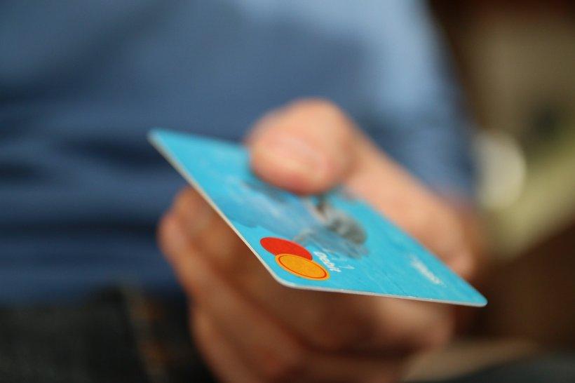 Anunț important pentru toți cei care au carduri. Lista taxelor care pot fi achitate online, prin card bancar, a fost extinsă