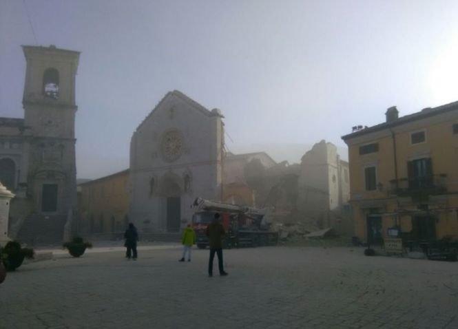 Martori: Mai multe clădiri, inclusiv două biserici, s-au prăbuşit peste oameni în urma cutremurului