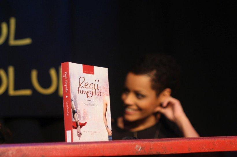 """""""Regii timpului"""", cartea scrisă de jurnalista Antena 3 Laura Nureldin, premiată la un an de la lansare"""