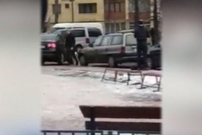 Mașină vandalizată de o șoferiță nervoasă, după ce s-a chinuit minute bune să iasă dintr-o parcare