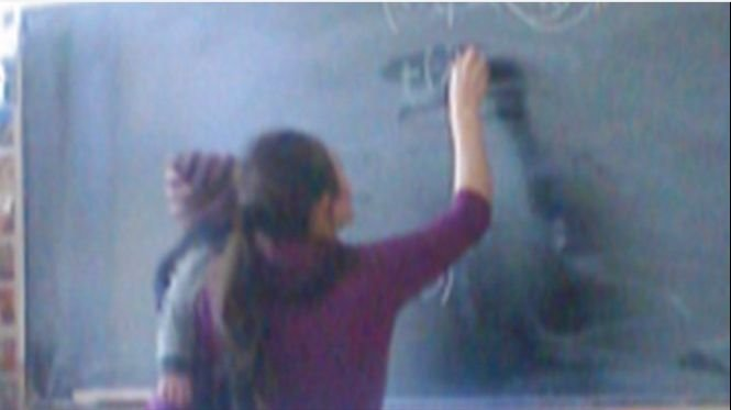 O elevă din Iași vine cu bebelușul la școală