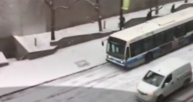 A filmat cu telefonul mobil un accident în lanţ, pe un drum în pantă din Montreal - VIDEO