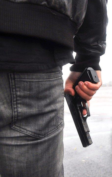 Focuri de armă trase în București. Infractorul a fost rănit