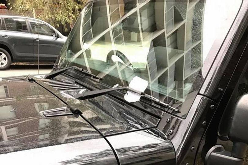 Și-a găsit mașina lovită în parcare, dar când a citit biletul lăsat pe parbriz s-a înfuriat. Ce era scris în bilet