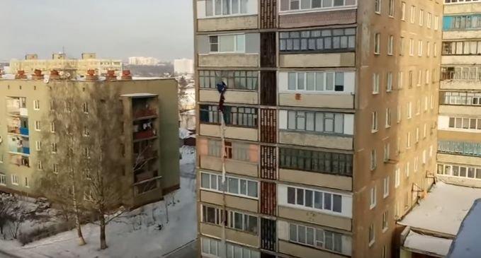 A încercat să scape ca-n filme. Cum s-a terminat cascadoria unui bărbat care a vrut să coboare de la etajul cinci - VIDEO