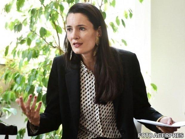 Clotilde Armand: Cheltuim pe panseluțe mai mult decât Parisul  |Clotilde Armand