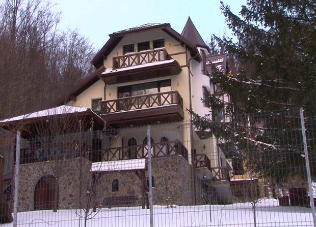 """La Ordinea Zilei: Casa conspirativă de la Cheia, imagini inedite.  Radu Tudor: """"Steagul arată că este un sediu oficial"""""""