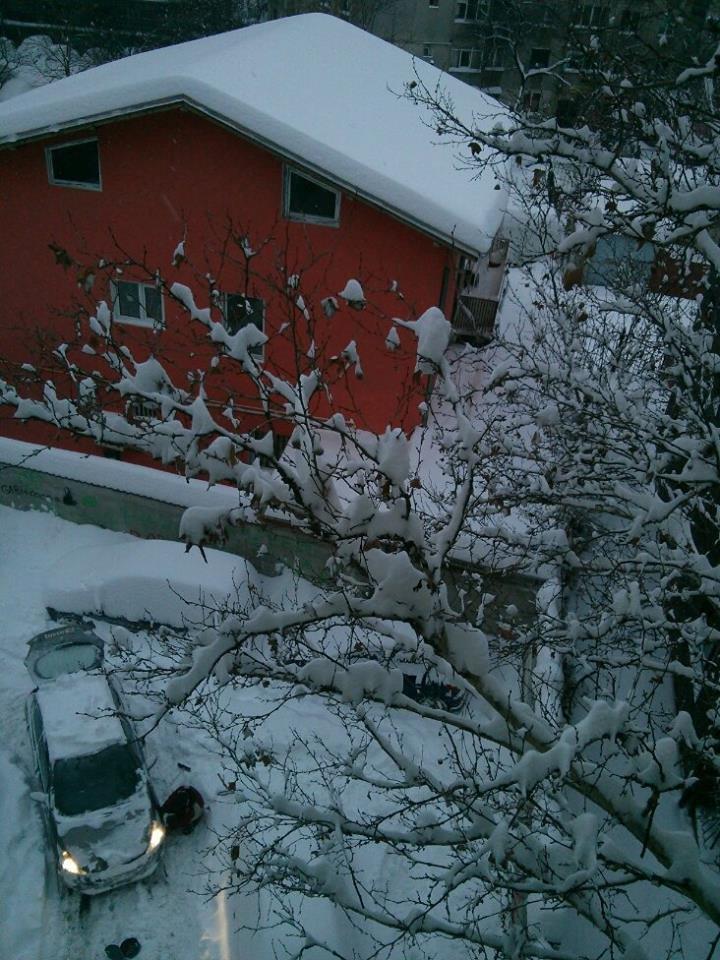 Iarnă grea în București. După ninsori și ger, meteorologii anunță ploaie cu gheață în weekend