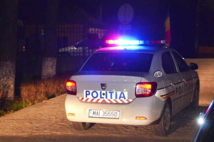 Bărbatul călcat de o mașină de poliție a murit. Polițiștii au văzut târziu trupul victimei întins pe șosea