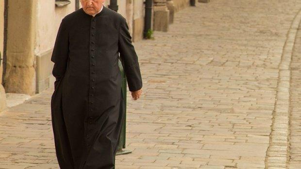 ''Fă ce spune preotul, nu ce face el''. Cum explică biserica acest îndemn