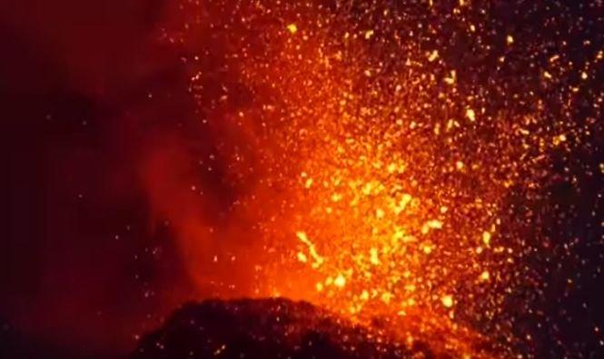 Un vulcan a erupt de zeci de ori în câteva ore. Curg râuri de lavă