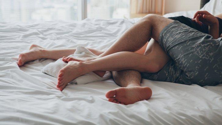 A venit de la serviciu şi şi-a prins soţul în pat cu amanta! Şi vecinii au aflat de răzbunare