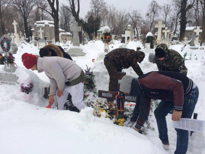 Îți dau lacrimile! Mormintele marilor actori ai teatrului românesc au fost deszăpezite de un grup de tineri cu inimă mare
