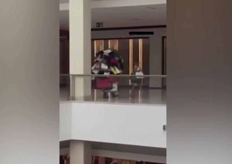 Imaginile care au isterizat Internetul! Cum a fost filmat un bărbat ieșit la cumpărături în mall cu soția lui