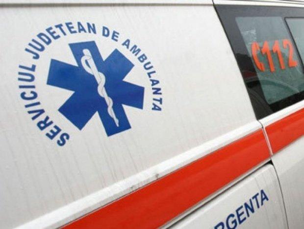 Pacientă la un pas de moarte, după ce ambulanţa care o transporta la spital a luat foc. Ce s-a întâmplat