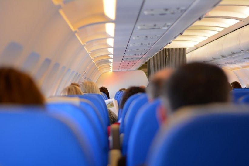 Clipe cumplite într-un avion! Un pasager a încercat să deschidă ușa aeronavei, la 12.000 de metri altitudine. Ce a urmat