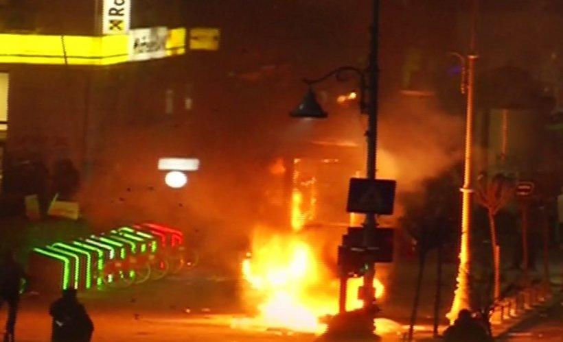 Violențe în Piața Victoriei. Ultrașii au incendiat o stație RATB și atacă în continuare jandarmii 416
