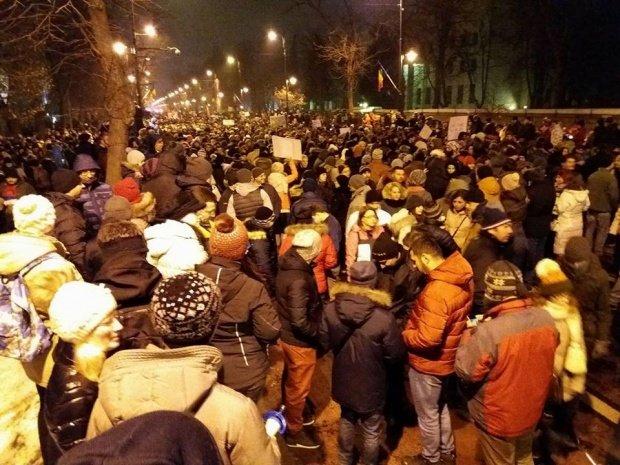 Proteste în București. Un jandarm a fost surprins într-o ipostază inedită. Imaginea a devenit virală