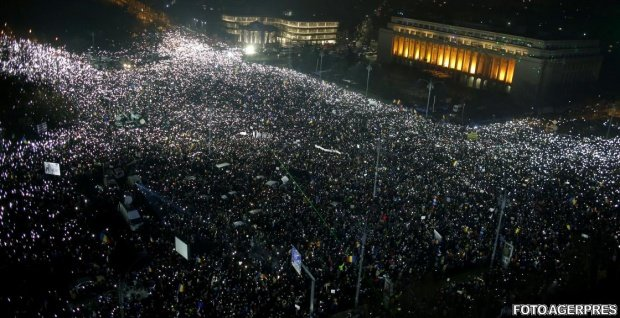 Bucharest protest: Protesters shine lights in Victoria Square with mobile phone screens and flashlights 114