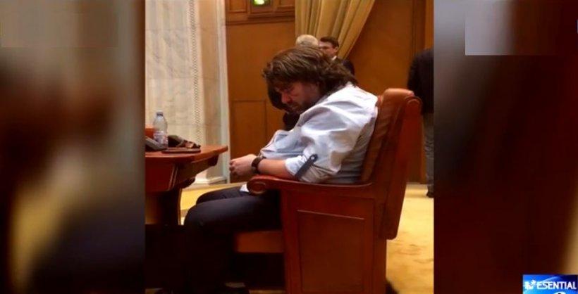 """Senatorul USR Mihai Goţiu, surprins moţăind în Parlament. """"M-am odihnit și eu puțin!"""""""