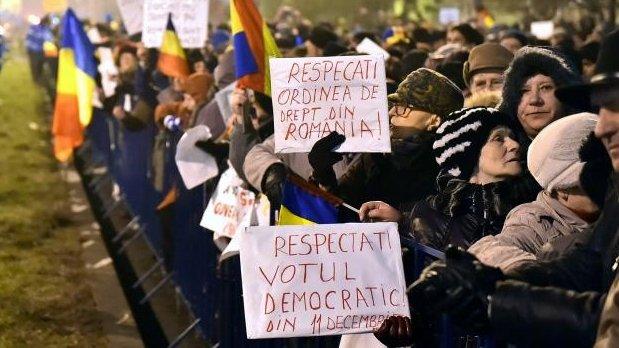 """Proteste la Cotroceni. Protestatarii scandează """"Jos Iohannis"""""""