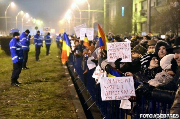 Klaus Iohannis, în mijlocul protestatarilor de la Palatul Cotroceni. Oamenii l-au huiduit - VIDEO