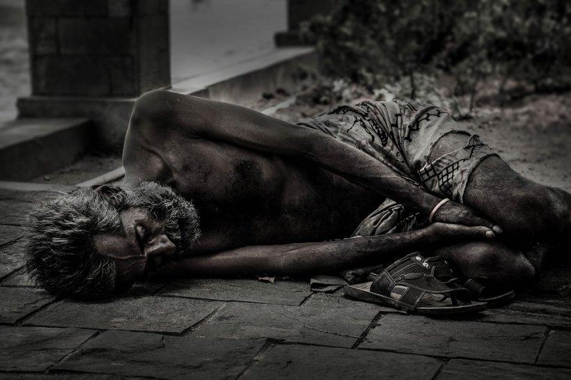 A găsit un om al străzii în faţa uşii şi a decis să-l ajute. După 18 luni, cei doi s-au reîntâlnit